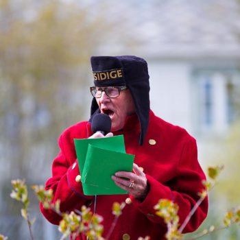 En mann utkledd som gammeldags vekter snakker i en mikrofon