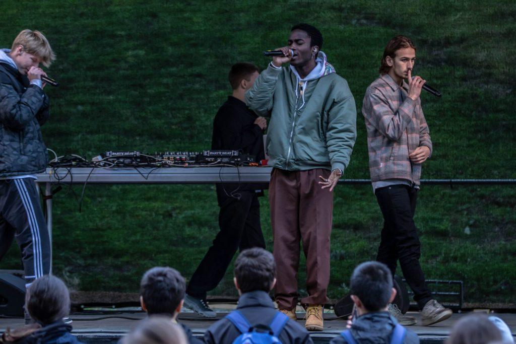 Unge artister rapper på en scene.