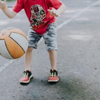 Gutt ca 7 år stusser en basketball