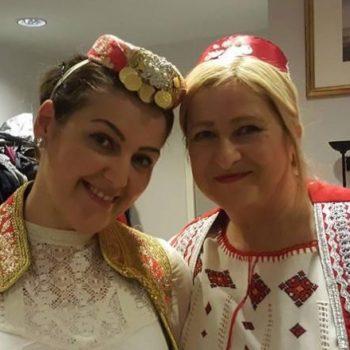 To kvinner er kledd opp i tradisjonelle utenlandske folkedrakter.