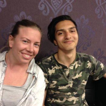 Kvinnelig miljøarbeider i samtale med ung gutt ca. 16 år