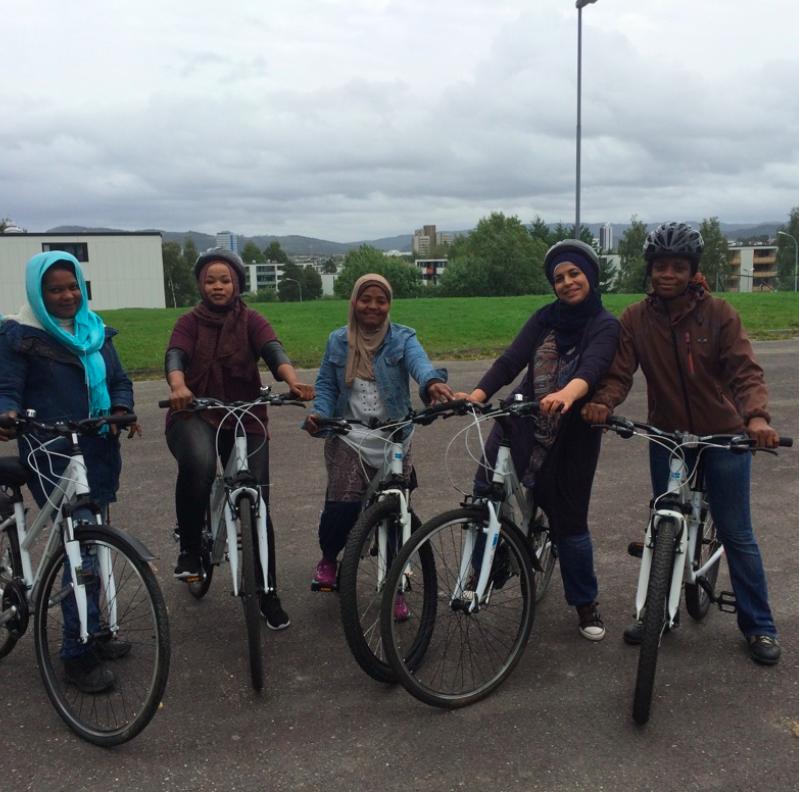 Fem kvinner i hijab på sykkel