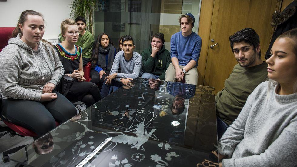 Skuffede ungdommer samlet på et kontor
