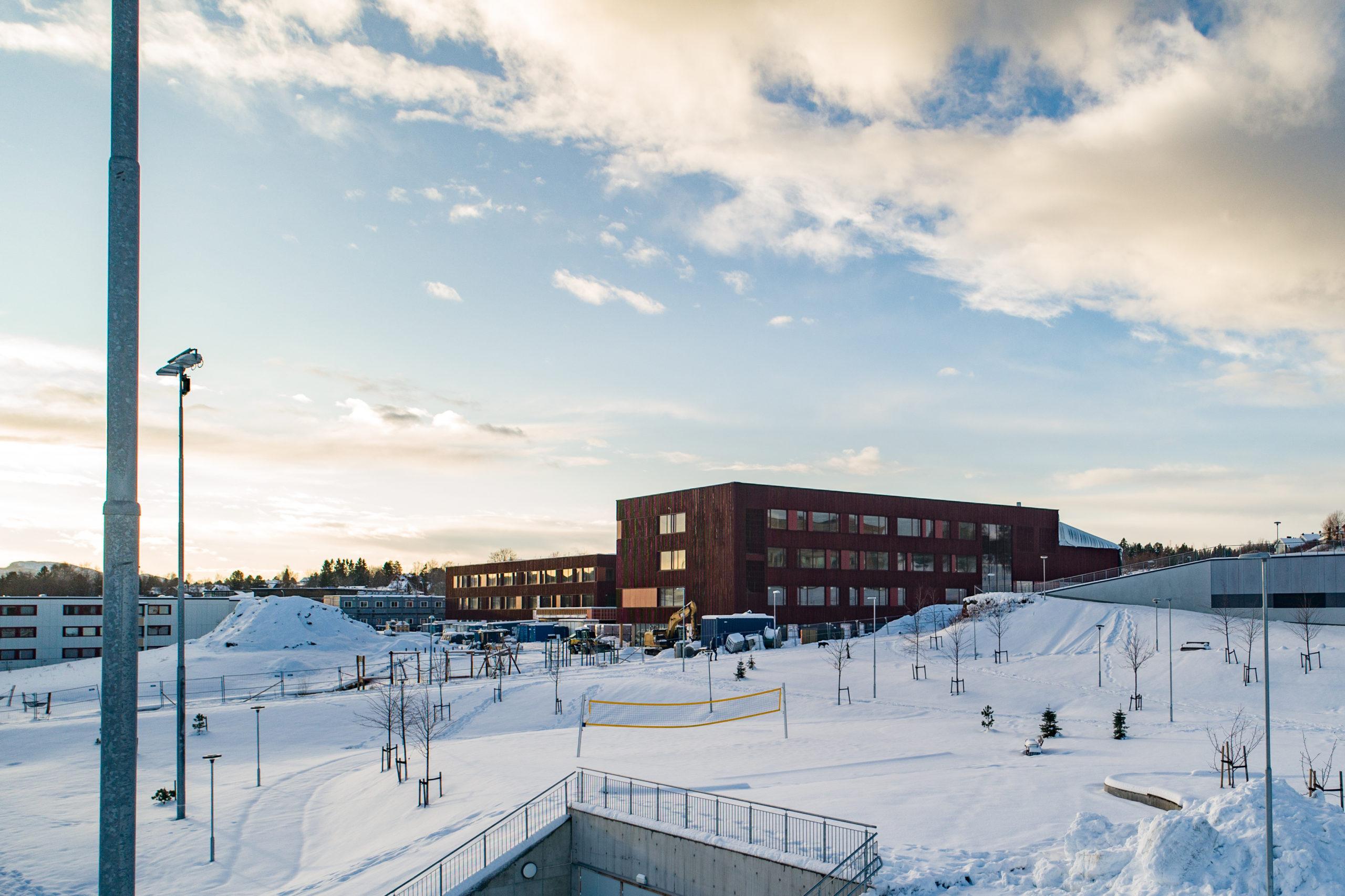 Nytt skolebygg i snødekt landskap