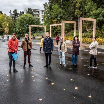 Sju ungdommer og en minister i den nyåpna parken
