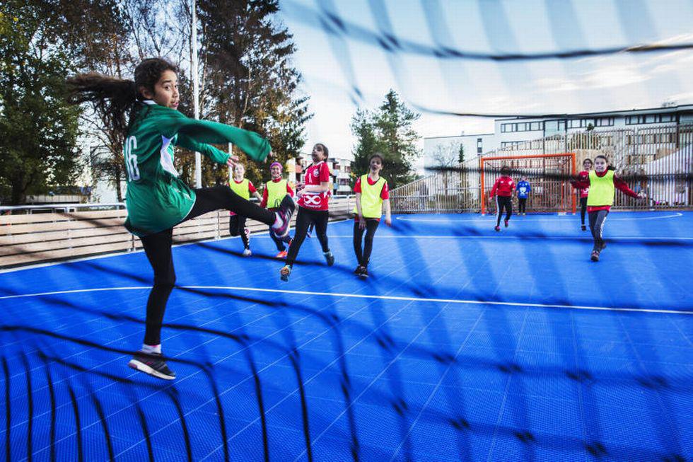 Jenter ca. 11 år spiller handball. Keeperen snur seg etter ballen som treffer nettet.
