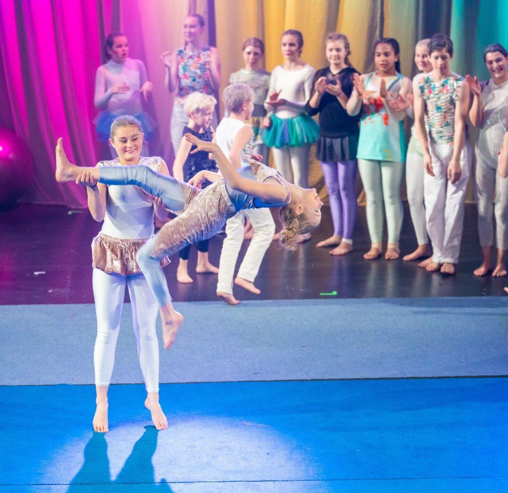 Sirkuselever gjør turntriks på scenen på forestilling