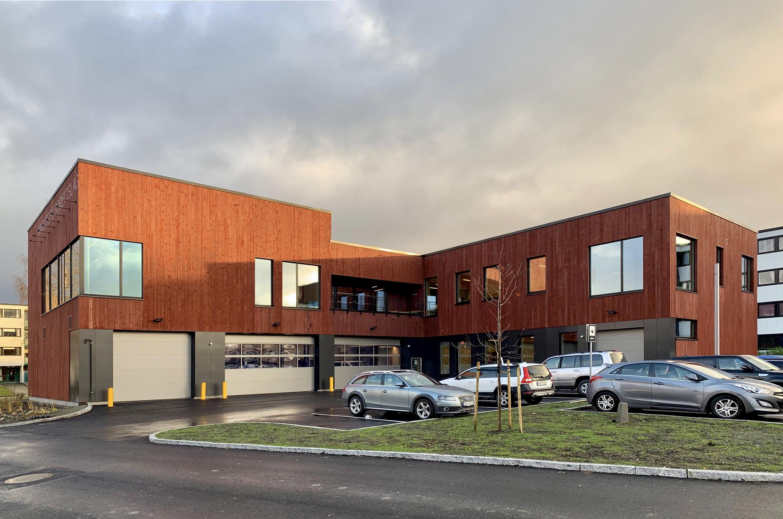 Nytt administrasjonsbygg i to etasjer med parkeringsplass foran